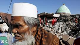 Foto: Evakuasi Korban Gempa di Bawah Puing Masjid Pemenang