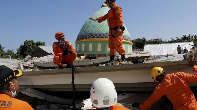 Tak seorang pun yang tahu pasti berapa jamaah yang masih tertimbun reruntuhan masjid. Hanya sandal-sandal berdebu yang ditinggalkan pemiliknya menjadi bukti bahwa masjid itu berisi banyak jemaah malam itu. (REUTERS/Beawiharta)