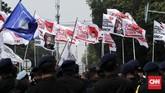 Bendera pendukung Prabowo dan Sandiaga di depan kantor KPU. Selanjutnya, Prabowo-Sandiaga akan mengikuti tes kesehatan pada Senin (12/8), sementara pasangan Joko Widodo-Ma'ruf Amin satu hari sebelumnya. (CNNIndonesia/Safir Makki)