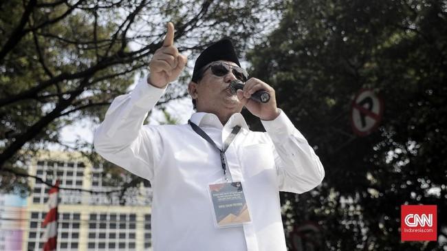 Capres Prabowo Subianto menyapa pendukungnya seusai mendaftarkan diri di Pilpres 2019.