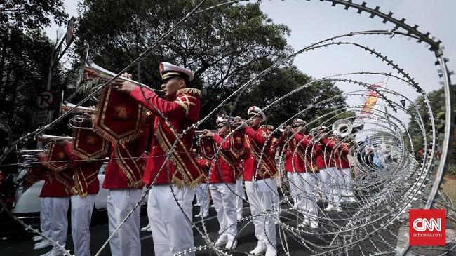 Prabowo dan Sandiaga datang diantar dengan aneka kesenian hiburan. Ada yang menyambutnya dengan rebana, pendukung yang mengantar dengan marching band, hingga nyanyian lagu bertagar 2019 ganti presiden. (CNNIndonesia/Safir Makki)