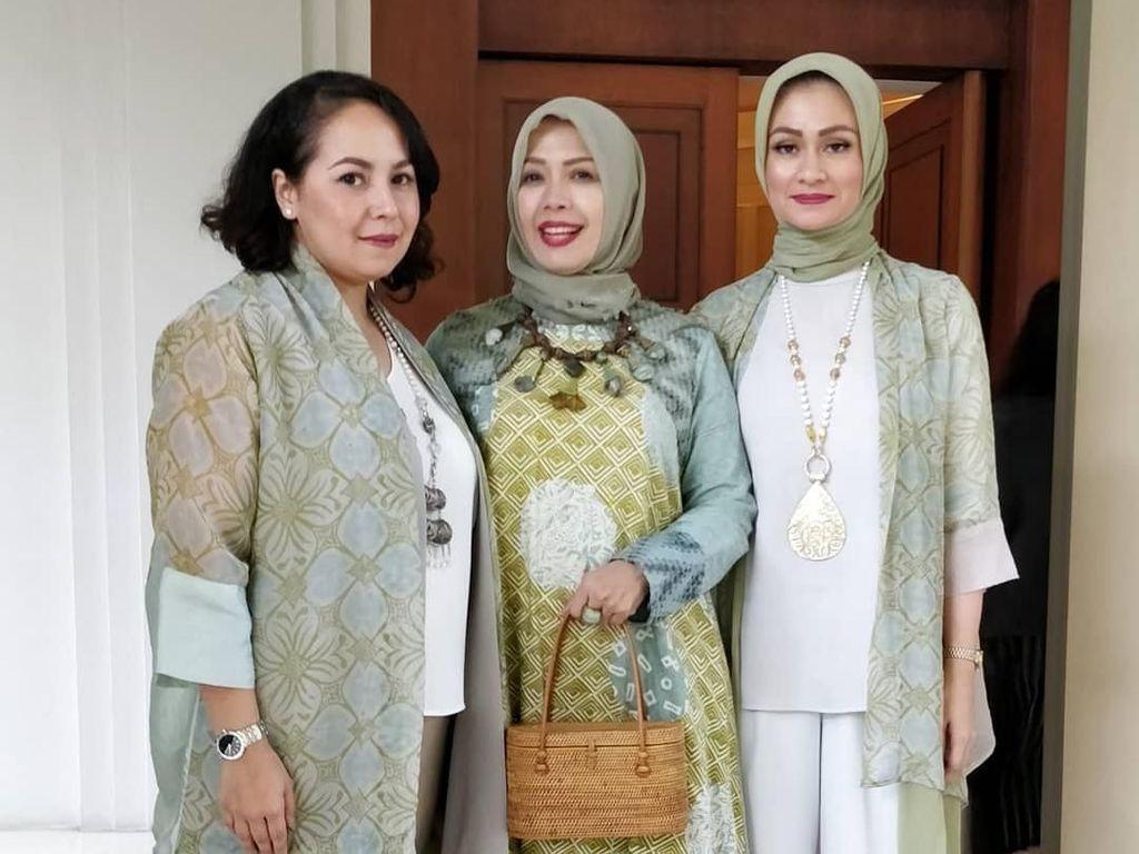 Gaya Hijab Ibu Pejabat Ala Mpok Nur, Istri Cawapres Sandiaga Uno