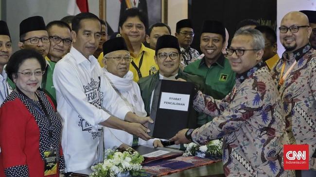 Setelah penyerahan simbolis itu itu, para panitia pendaftaran capres-cawapres di KPU melakukan pemeriksaan dokumen yang berlangsung sekitar sepuluh menit.(CNN Indonesia/Adhi Wicaksono)