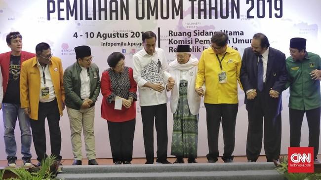 KPU menyatakan berkas Jokowi-Ma'ruf lengkap. Hanya saja, mereka mencoret PSI dan Perindo sebagai partai pendukung karena peraturan menyebutkan bahwa yang boleh mengusulkan pasangan capres-cawapres hanya partai yang memiliki kursi parlemen berdasarkan pemilu sebelumnya. (CNN Indonesia/Adhi Wicaksono)