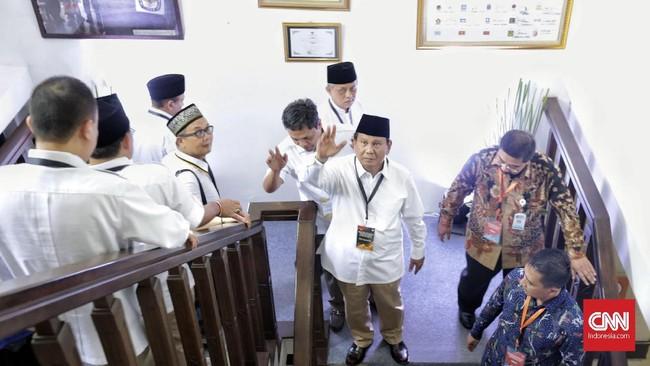Calon presiden Prabowo Subianto memberikan salam saat tiba di Kantor KPU, Jakarta, Jumat (10/8). Para petinggi partai koalisi, Gerindra, PKS, PAN, dan Demokrat turut mendampingi proses pendaftaran Prabowo-Sandiaga. (CNN Indonesia/Adhi Wicaksono)