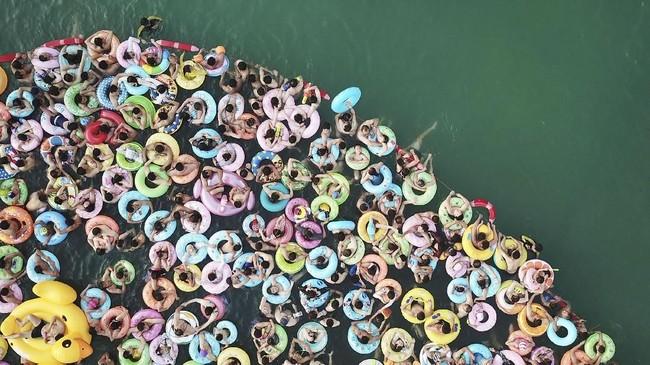 Foto dari udara ini menunjukkan orang-orang yang sedang menyejukkan diri di kolam renang di Yangzhoy di Provinsi Jiangsu, China bagian Timur. (AFP PHOTO)
