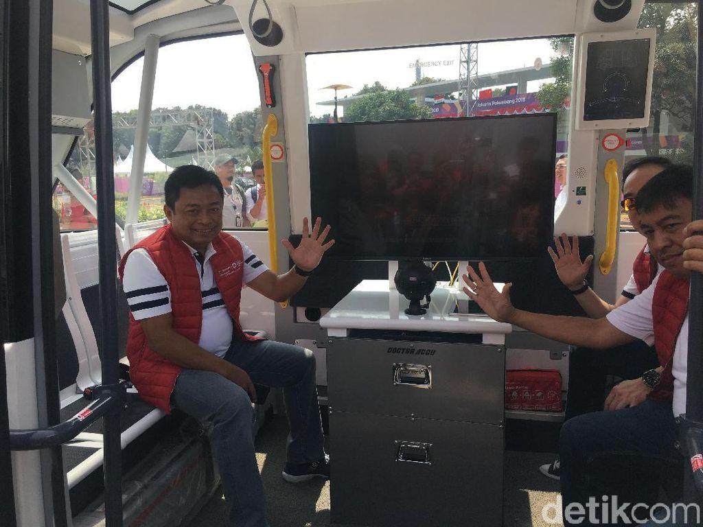 Di bus tanpa sopir ini tersedia delapan tempat duduk dengan terdapat empat handle grip yang ingin berdiri. (Foto: detikINET/Agus Tri Haryanto)