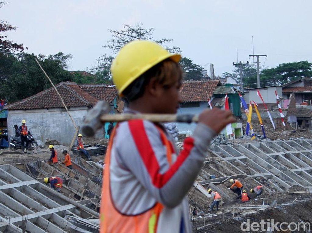 Pantauan detikFinance, Jumat (10/8/2018) para pekerja sibuk mengerjakan pembangunan kolam retensi ini.