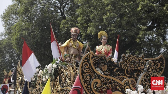 Jumlah massa pawai pengarak Jokowi-Ma'ruf sendiri terbilang minim. Jokowi kemarin meminta proses pendaftarannya ke KPU tak perlu meriah karena masih dalam kondisi duka akibat gempa di Nusa Tenggara Barat. (CNN Indonesia/Hesti Rika)