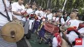 Perjalanan Jokowi dan Ma'ruf ke KPU juga diiringi salawat 40 habib dan relawan. Sementara itu, massa relawan lainnya juga ada yang sudah menunggu di KPU. (CNN Indonesia/Hesti Rika)