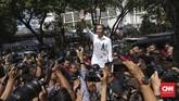 Usai mendaftar, Jokowi sempat berpidato. Ia mengucapkan selamat atas deklarasi Prabowo Subianto-Sandiaga Uno serta berpesan bahwa Pemilu 2019 seharusnya tak menjadi ajang permusuhan. (CNN Indonesia/Adhi Wicaksono)