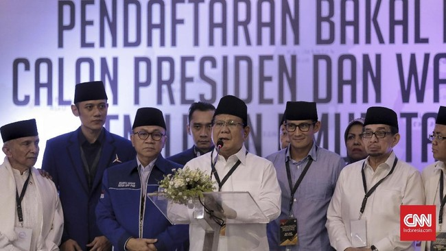 Prabowo Subianto (kedua kiri) dan Sandiaga Uno (ketiga kiri) didampingi petinggi partai pengusung memberikan keterangan pers. Tak ada kehadiran Ketum Demokrat Soesilo Bambang Yudhoyono di KPU, tapi Demokrat tetap mengirimkan sejumlah elitenya. (CNN Indonesia/Hesti Rika)