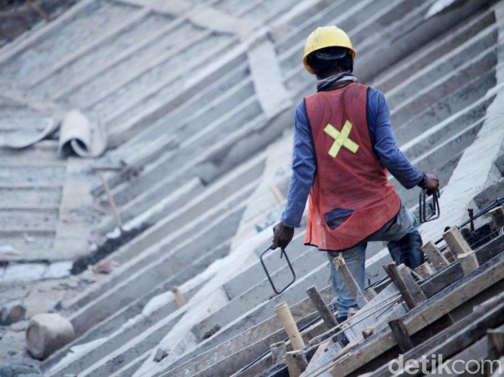 Selain itu, ada juga pekerja yang sedang melakukan pembangunan tembok penahan tanah (TPT).