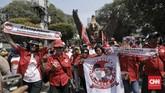 Ratusan pendukung Jokowi-Ma'ruf Amin konvoi dari Gedung Joang menuju kantor KPU di Jalan Imam Bonjol, Jakarta Pusat. (CNN Indonesia/Hesti Rika)