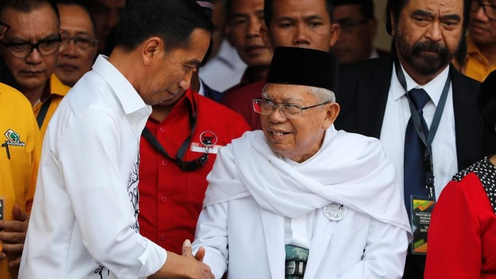 Indonesian President Joko Widodo (L) shakes hands with supporters as he leaves with his vice-presidential running mate for the 2019 presidential election Islamic cleric Ma'ruf Amin to the election commission in Jakarta, Indonesia August 10, 2018.  REUTERS/Darren Whiteside