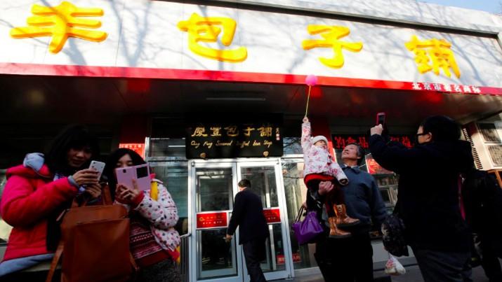 Qing-Feng Steamed Dumplings Shop adalah anak perusahaan dari konglomerasi China Fosun International Ltd.
