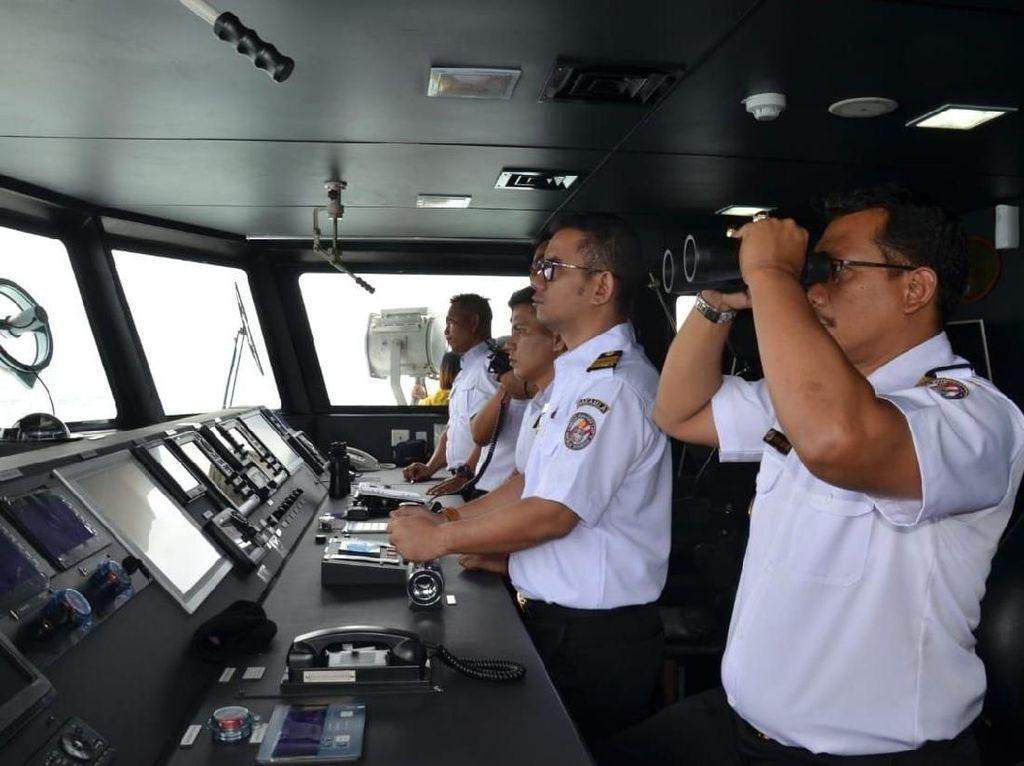 Metode latihan yang diterapkan adalah latihan lapangan (field exercise) yang diawali dengan pembekalan di kelas (tactical floor game dan pre sail brief). Latihan berlangsung selama 4 hari, dan berakhir Jumat (10/8/2018). Peserta latihan berjumlah 30 orang, yang terdiri dari personel Bakamla RI dengan BNN. Latihan tersebut akan berisikan patroli di wilayah perairan Indonesia bagian barat dan akan melakukan pendeteksian kapal-kapal yang menggunakan Automatic Identification System (AIS) dengan menggunakan aplikasi Bakamla Integrated Information System (BIIS). Istimewa/Dok. Humas Bakamla RI.