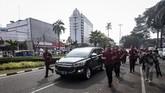 Paspampres menjaga mobil yang membawa Capres petahana Joko Widodo menuju Gedung KPU. Lalu lintas di depan Gedung Joang atau Jalan Menteng Raya ditutup sementara untuk mengamankan rombongan Jokowi dan para relawan menuju KPU. (ANTARA FOTO/Dhemas Reviyanto)
