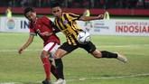 Muhammad Fajar Fathur Rachman (kiri) berebut bola dengan pemain Malaysia U-16 Mohammad Marwan Abdul Rahman (kanan) pada laga semifinal Piala AFF U-16. Pertahanan solid Malaysia sempat membuat Garuda Asia frustrasi. (ANTARA FOTO/M Risyal Hidayat/kye/18)