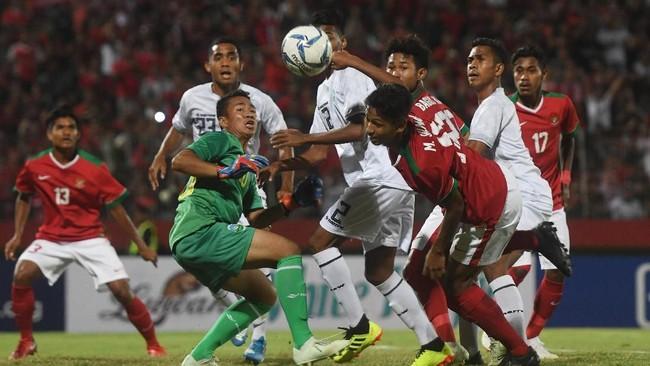 Para pemain Timor Leste U-16 ketika dibuat kerepotan pemain timnas Indonesia U-16. Garuda Asia sukses mencukur Timor Leste dengan skor 3-0. (ANTARA FOTO/Zabur Karuru/foc/18)