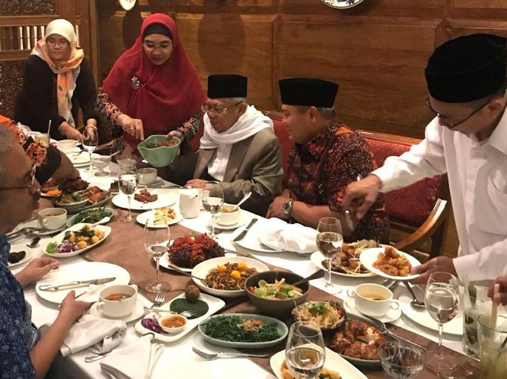 Sosoknya yang sederhana dan ramah, membuat beliau disukai banyak orang. Makan malam bersama dengan hidangan khas Indonesia, terasa lebih akrab. Foto: Istimewa