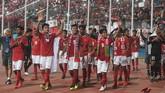 Para pemain Timnas Indonesia U-16 menyapa para pendukung Merah Putih saat memastikan langkah ke semifinal Piala AFF usai mengalahkan Timor Leste 3-0. Indonesia jadi juara Grup A setelah menang 4-0 atas Kamboja di laga akhir fase grup. (ANTARA FOTO/Zabur Karuru/foc/18)