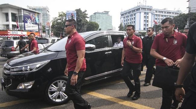 Jokowi tiba di KPU sekitar pukul 09.30 WIB. Dia bersama sejumlah ketua partai seperti Megawati Soekarnoputri, Surya Paloh, atau Muhaimin Iskandar, memasuki kantor KPU. (ANTARA FOTO/Dhemas Reviyanto)