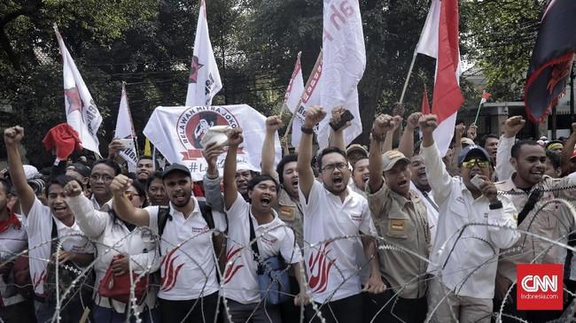 Sorak-sorai massa pendukung menyambut pasangan Jokowi-Ma'ruf di kantor KPU. (CNN Indonesia/Hesti Rika)