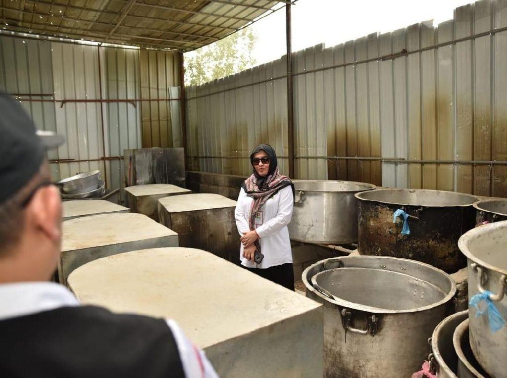 Sri juga mengecek kesiapan dapur umum bagi para jemaah (Foto: dok. Media Center Haji 2018)