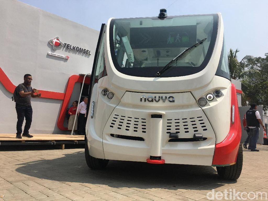 Autonomous Bus adalah teknologi yang perlu dijajal oleh pengunjung. Kendaraan ini akan berjalan tanpa adanya sopir. (Foto: detikINET/Agus Tri Haryanto)