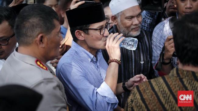 Wakil Calon Presiden Sandiaga Uno menuju kantor Komisi Pemilihan Umum (KPU), Jakarta. Prabowo dan Sandiaga sendiri berangkat bersama dari Masjid Sunda Kelapa, Menteng, setelah salat Jumat. (CNNIndonesia/Safir Makki)