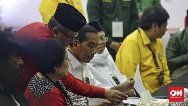 Jokowi-Ma'ruf menyerahkan sejumlah dokumen yang diperlukan untuk dapat ditetapkan sebagi capres dan cawapres oleh KPU. Mereka menyerahkan dokumen secara simbolis kepada Ketua KPU Arief Budiman. (CNN Indonesia/Adhi Wicaksono)