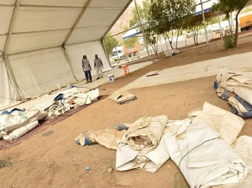 Karena jenisnya semi permanen, tenda-tenda jemaah haji terlihat cukup kokoh. Tiangnya menancap mantap dan penutup tenda juga terpasang kuat. (Foto: dok. Media Center Haji 2018)
