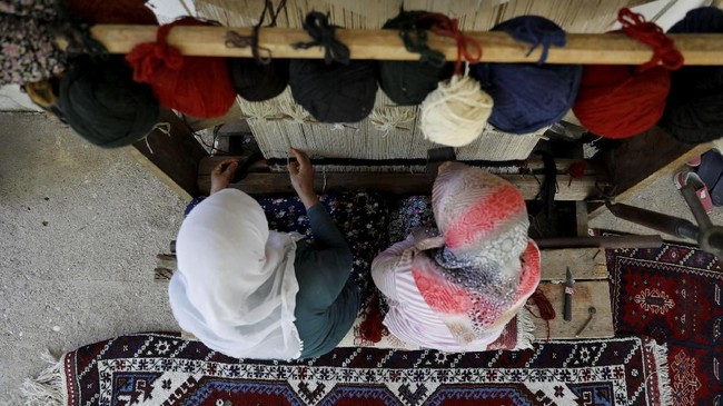 Karpet tenun buatan tangan kerap menghiasi lantai dan dinding-dinding di Turki dan banyak diekspor ke luar negeri.