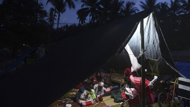 Korban Gempa Lombok Keluhkan Bantuan Tertimbun