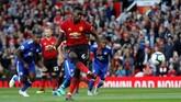 Manchester United sudah unggul di menit ketiga lewat eksekusi penalti Paul Pogba. Penalti diberikan setelah Daniel Amartey dianggap melakukan handball. REUTERS/Darren Staples)