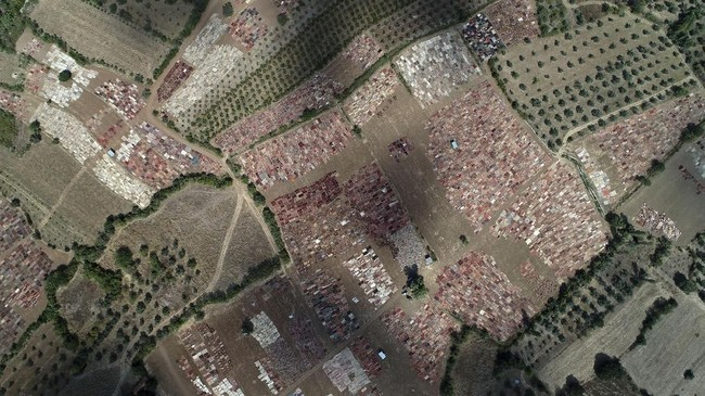 Gambar yang diambil dengan drone menunjukkan 30 ribu karpet dibentangkan di bawah sinar matahari di Distrik Dosemealti, Antalya, Turki.