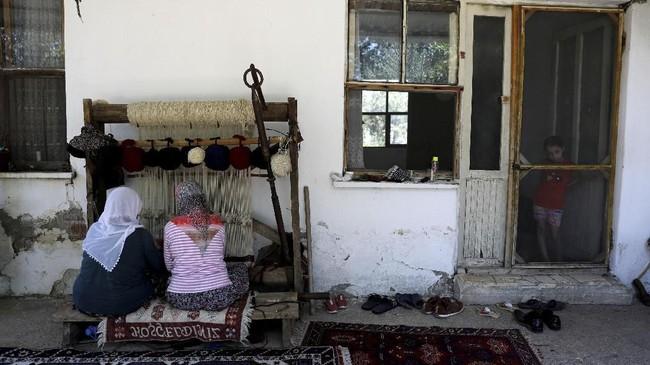 Biasanya dikerjakan perempuan, yang menenun karpet dengan cekatan.