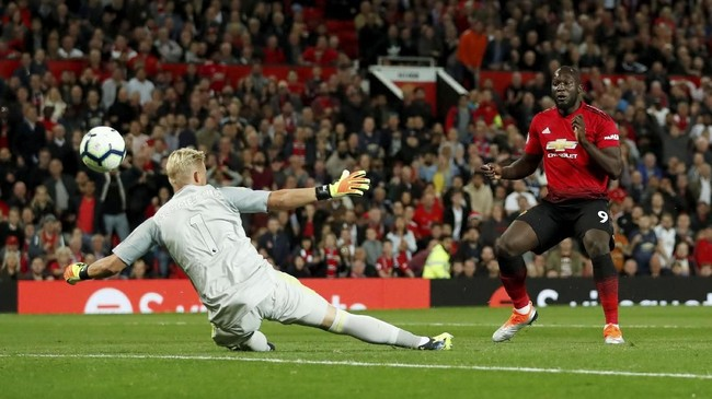 Romelu Lukaku gagal memaksimalkan peluang mencetak gol ke gawang Leicester City yang dijaga oleh Kasper Schmeichel. (Reuters/Andrew Boyers)