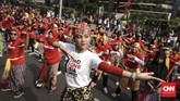 Terdapat tujuh tarian tradisional yang dibawakan dalam flashmob tersebut, di antaranya tari tarian tradisional dari daerah Betawi, Bali, dan Jawa Barat serta tari Tor-Tor dari Sumatera Utara, Poco-Poco dari Manado, Maumere. (CNN Indonesia/ Hesti Rika)
