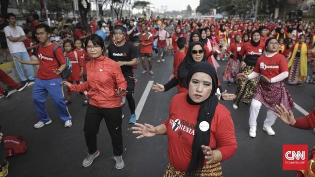 """Warga yang berolahraga di area car free day kawasan FX Sudirman sangat antusias turut serta menari mengikuti gerakan peserta tar flashmob bertajuk """"Tunjukan IndonesiaMu"""", Jakarta (12/8). (CNN Indonesia/ Hesti Rika)"""