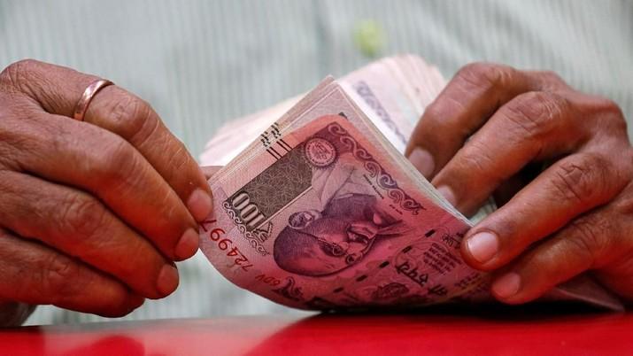 Rupee telah anjlok 11,8% sejak awal tahun ini.
