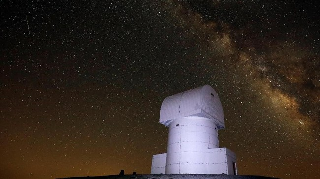 Hujan meteor Perseids sendiri berasal dari gugusan debu sisa ekor komet Swift Tuttle. (REUTERS/Alkis Konstantinidis)