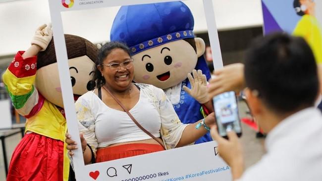 Hollywood pun menggelar KCON untuk ketujuh kalinya, sebuah ajang di mana warga Amerika bisa merasakan apa pun terkait Korea, yang disebut pula gelombang Korea atau hallyu. (REUTERS/Mike Blake)
