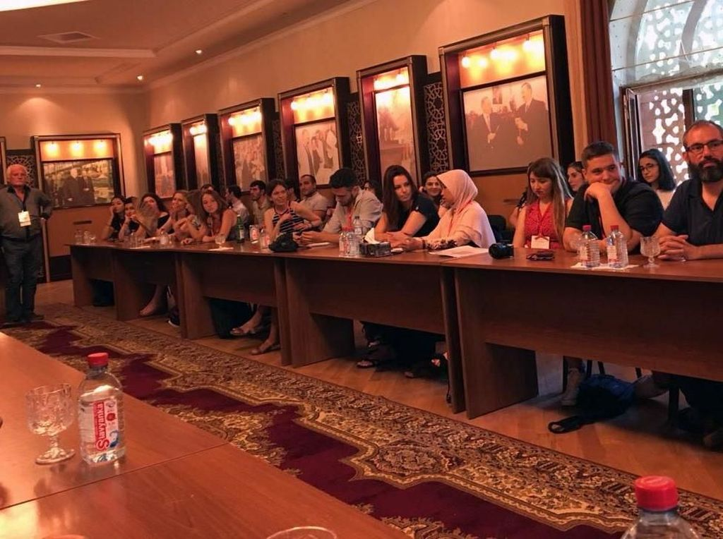Mahasiswi angkatan 2017 di program Vokasi Komunikasi UI dalam waktu 11 hari memperkenalkan Batik tradisional dan modern; Kebaya tradisional dan modern; Kopi Toraja; Wayang; dan Kipas. Presentasi yang dibawakan oleh Salsabila mendapatkan apresiasi yang tinggi dari hampir seluruh peserta Dialog Multikultur. Pool/Vokom UI.