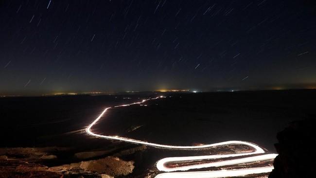 Dinamakan Perseid karena karena titik radian hujan meteor ini seolah-olah berasal dari arah rasi bintang Perseus. (REUTERS/Amir Cohen)
