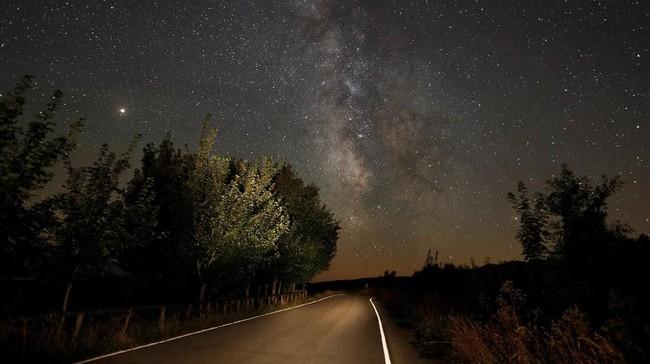 Masyarakat di bumi belaan utara dan di tempat terpencil dengan kondisi minim polusi cahaya bisa mendapatkan pemandangan hujan meteor Perseid terbaik. (REUTERS/Paul Hanna)