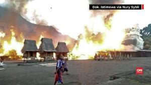 VIDEO: Puluhan Rumah Adat di Gurusina Dilalap Api