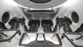 Tampilan di dalam simulator pesawat ruang angkasa SpaceX Dragon yang digunakan untuk melatih astronot NASA ditampilkan di markas SpaceX di Hawthorne, California, AS. (REUTERS/Mike Blake)