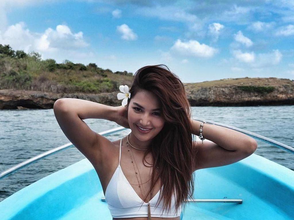 Foto: Maria Selena Leyeh-leyeh di Pantai Saja Cantik